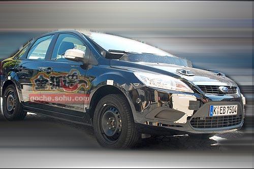 现款车型外壳伪装下的新福克斯测试车,大倾角的风挡设计暴露了身份