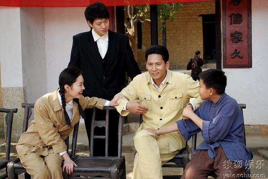 于晓光/于晓光与剧中的弟弟(左二)、妻子(左一)等