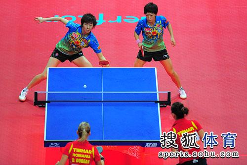 图文:刘诗雯/丁宁4-2进四强 丁宁反手进攻