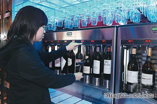 只要插入储值卡,就可从自助酒机斟出所要求的tasting份量,按量及酒类收费,非常方便随意。