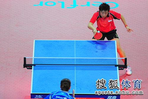 图文:冯天薇进女单四强 冯天薇在比赛中