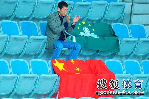 图文:冯天薇进女单四强 国旗和澳门区旗