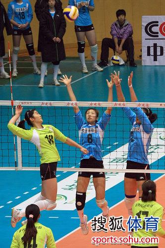 图文:女排联赛天津3-0辽宁 李莹扣球瞬间