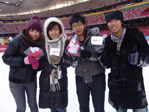 获胜体验游客获得搜狐吉祥物和鸟巢纪念品