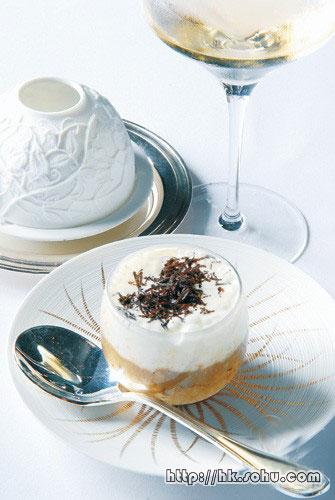 松露片白菌汤-$150 法文Chaud-froid即热与冷,上层是冷冻的松露泡沫,下层是香喷喷的杂菌热汤,两者融和,既滑且香。