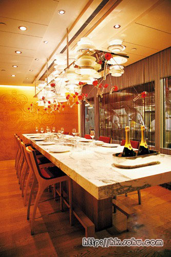 """""""Krug Room""""布置简约华丽,云石餐桌与橡木墙身,营造出地下酒窖的气氛。"""