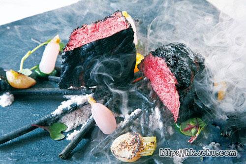 Kobe Beef。A4级日本和牛,一上桌即充满炭香,原来是加入了少烟�`效果,黑炭颜色为茄子粉末,入口juicy。黑炭配菜为薯仔及面包,加上如火焰的半熟蛋黄及BB蔬菜,有如野外BBQ。