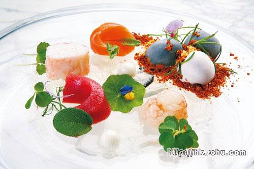 The Pond。概念来自鱼池,吞拿鱼、三文鱼、阿拉斯加蟹脚等刺身,放在石卵造型的薯仔旁边,蚝上的分子料理珍珠,一咬即爆出鲜蚝甜汁。置在碟上的透明�ㄠ�,则是来自日本的河水。