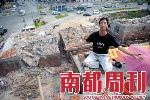 2009年5月,广州花都狮岭合成村,李仁州守在楼顶阻止拆迁队拆除自家房屋。 摄影_刘可