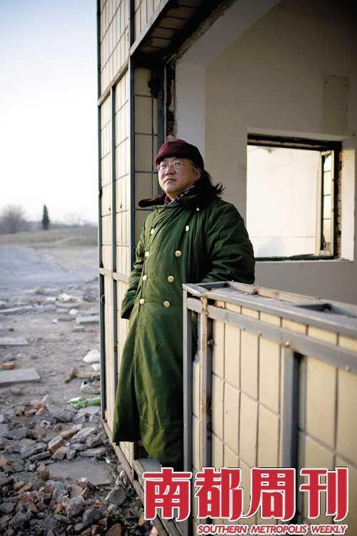 陆大任坚守着自己的岗位,一家随时会被拆掉的餐馆。摄影_秦斌