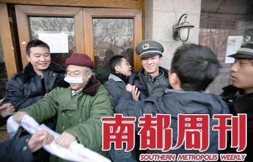 2009年12月22日,陆大任帮助秦荣的男友、30岁的钟博新冲破保安封锁进入房间。
