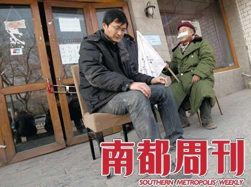 同一天,陆大任和被打伤的旁边小店的男子坐在一起抗议。