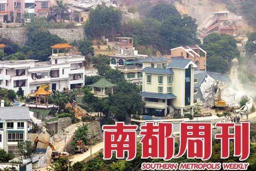 2004年3月19日的广州市郊,几十座已经建了近十年的私人别墅被宣布是违章建筑,两天内被拆平,不少业主花了一辈子积蓄建造的住宅变成废墟。摄影_小路