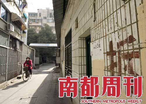 2009年12月底的南京华新巷21号,这个面临拆迁的7层小楼因为是法官住宅而倍受关注。   摄影_杨��