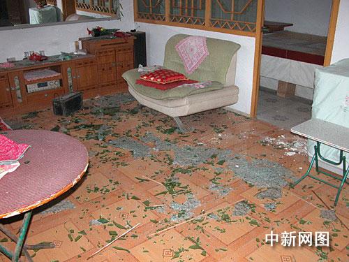 附近居民家中门窗玻璃被震碎,屋中零乱不堪。作 者:吕子豪