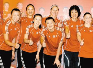 恒大女排核心骨架――主教练郎平(右二)与冯坤(左一)、周苏红(左三)、杨昊(左四)以及两名外援。