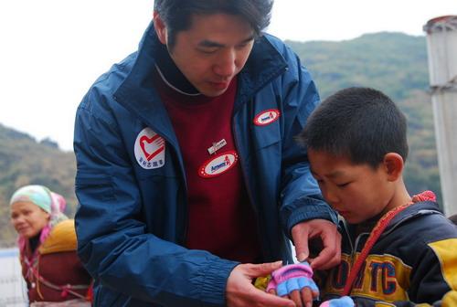 安利志愿者为连南的贫困儿童带上温暖的小手套