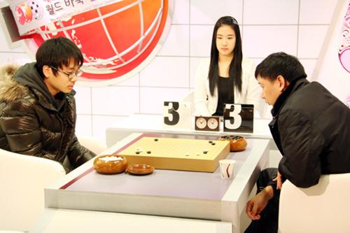 俞斌(右)被韩国院生罗玄淘汰 无缘本赛64强
