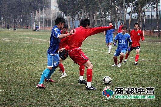 双方球员在对抗中