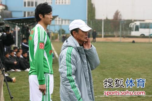 图文:[热身赛]国安2-1国奥 吴昊准备上场