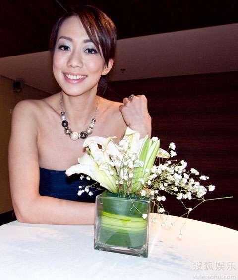 吴辰君蓝色优雅礼服尽显高贵气质