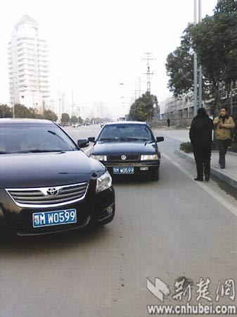 仙桃纪委套牌车(后)在街头被拦截