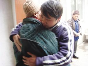 图:父子相见紧紧拥抱。万凌云 摄