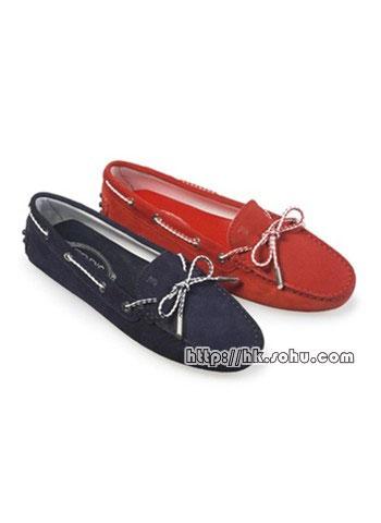 Tod's 的经典 Gommino 鹿皮平底鞋,以情侣姿态示人。