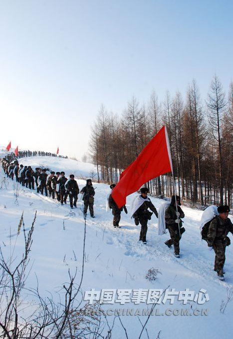 图为,1月9日,部队行军时的情景。 中国军事图片中心 翁伟立 摄