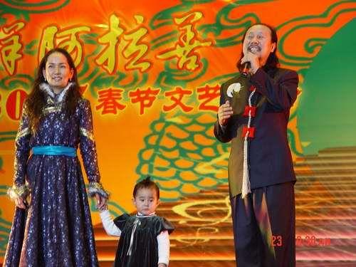 2007年,腾格尔携妻子珠拉、女儿嘎吉尔亮相某节目