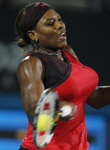 图文:WTA悉尼国际赛决赛 小威回球瞬间