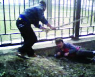 犯罪嫌疑人用手机将被抢劫大学生挨打的过程拍摄下来