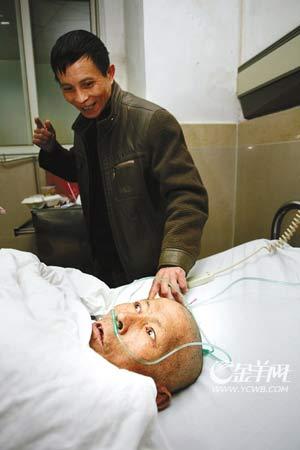邹荣贵在病床上见到了自己的亲人  羊城晚报记者 陈文笔摄