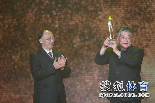 图文:体坛风云人物颁奖 吕正操长子代父领奖