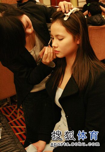 胡佳女友正在化妆