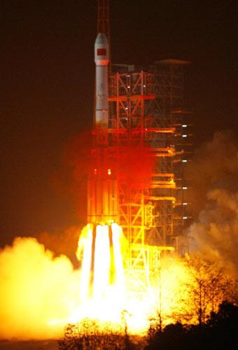 """中国在西昌卫星发射中心用""""长征三号""""运载火箭成功发射第三颗北斗导航卫星。 新华社发(秦宪安 摄)"""