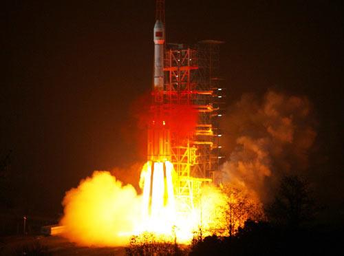 """1月17日0时12分,中国在西昌卫星发射中心用""""长征三号""""运载火箭成功发射第三颗北斗导航卫星。"""