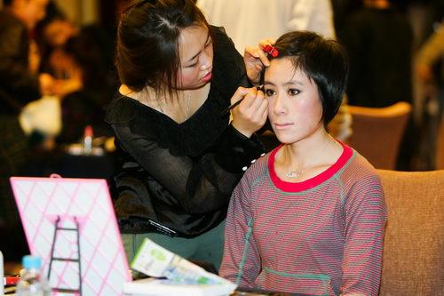 化妆师为白雪描眉