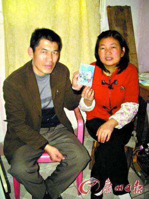 夫妻俩拿着孩子小时候的照片,脸上总算有了笑容。