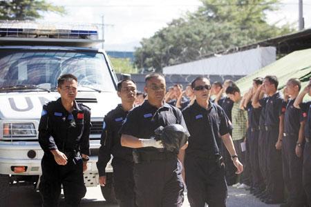 中国驻海地维和警察防暴队的官兵运送被埋战友遗体回营地
