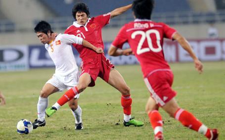 图文:[亚预赛]国足VS越南 于海积极拼抢