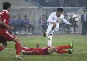 图文:[亚预赛]国足VS越南 远处的高洪波
