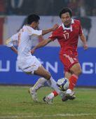图文:[亚预赛]国足2-1胜越南 郜林比赛中拼抢