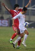 图文:[亚预赛]国足2-1胜越南 于海与对方拼抢