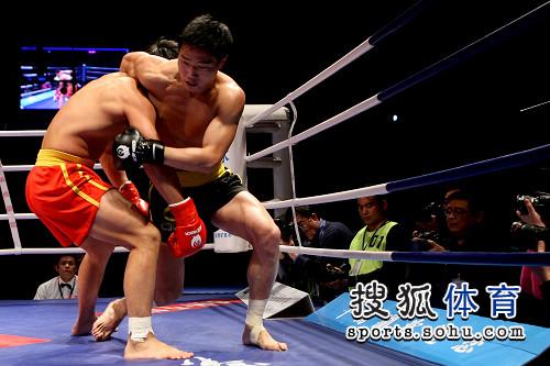 图文:80公斤级张开印VS吴浩 张开印抱住对手