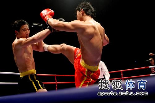 图文:80公斤级张开印VS吴浩 张开印格挡对手
