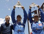 图文:2010达喀尔拉力赛落幕 塞恩斯举起奖杯