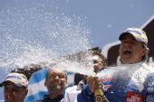 图文:2010达喀尔拉力赛落幕 塞恩斯喷洒香槟