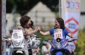 图文:达喀尔拉力赛颁奖仪式 女选手握手致意
