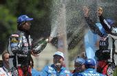 图文:达喀尔拉力赛颁奖仪式 喷洒香槟庆祝